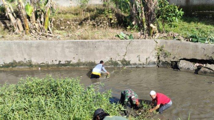 Koramil 410-04/TKT Serka Agus Raharjo Bersama Warga Lakukan Grebek Sungai di Pematang Sungai