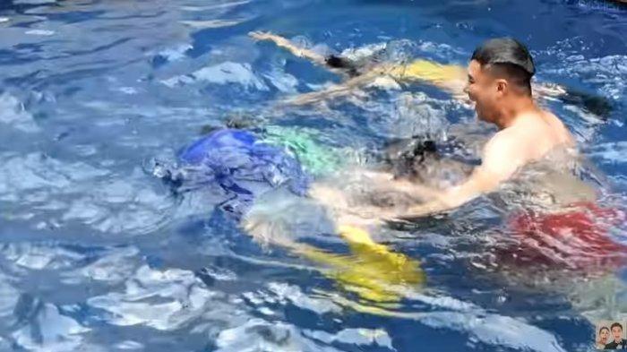 Baim Wong Tarik Kaki Rafathar saat Berenang hingga Tenggelam dan Menangis