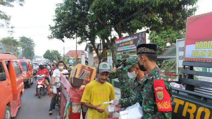 Bakti Sosial TNI, Koramil 410-01/Panjang Bagikan Takjil dan Masker kepada Warga
