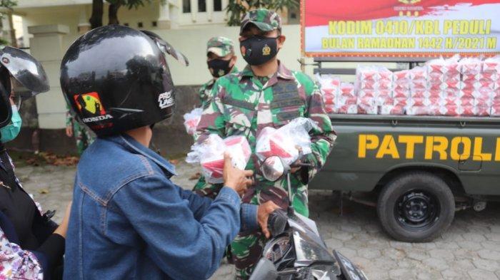 Bakti Sosial TNI, Koramil 410-04/TKT Bagikan Takjil dan Masker di Jalan