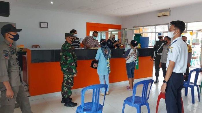 Babinsa Koramil 410-04/TKT Serma Hairul Pantau Pelaksanaan Prokes dan 3M di Kantor Pos Way Halim