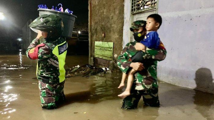 Babinsa Koramil 410-04/TKT Kodim 0410/KBL Bantu Warga yang Terdampak Banjir