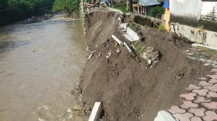 Talut Roboh di Kelurahan Kaliawi Bandar Lampung