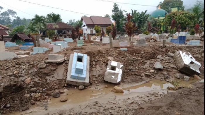 Banjir di Tanggamus Lampung, Banyak Makam Rusak