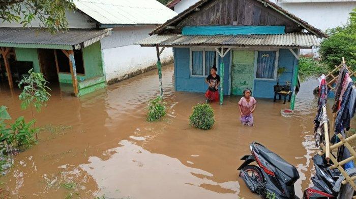 Hujan Deras, Rumah Warga Kalianda Lampung Selatan Terendam Setinggi 1 Meter