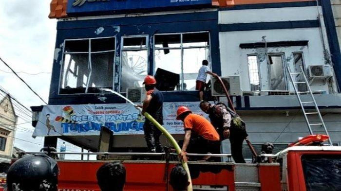 Upaya pemadaman kebakaran di KCP Bank Lampung Kota Agung, Tanggamus, Sabtu (28/11/2020).