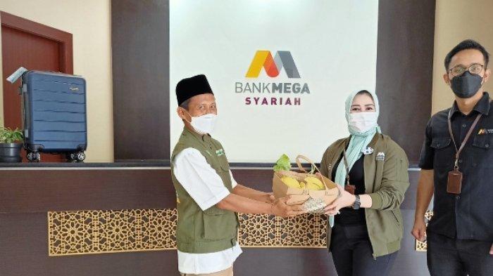 Berbagi Kebahagiaan di Bulan Ramadan, Bank Mega Syariah Bantu 200 Paket Sembako