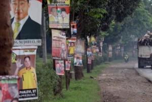 Satpol PP Tertibkan Banner dan Baliho di Jalan Protokol