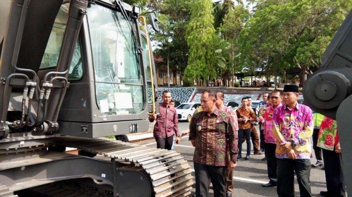 Disperkim Lampung Selatan Dapat Bantuan Hibah Alat Berat Eskavator dari Kementerian PUPR