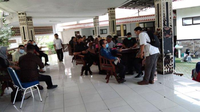 Sejumlah anggota DPRD Kota Bandar Lampung berada di luar ruangan rapat, Rabu (6/1/2021).