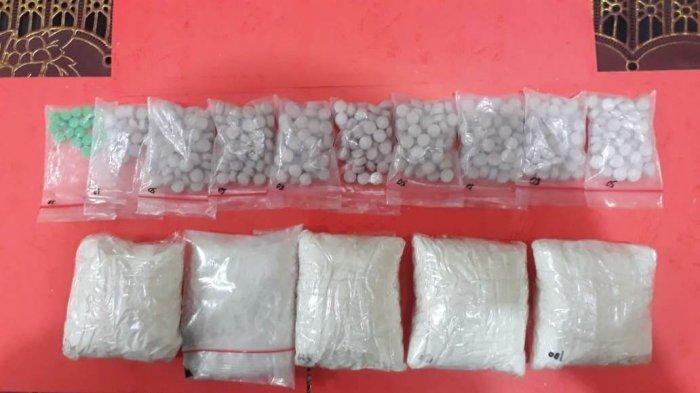Pengedar Narkoba Diciduk Saat Asyik Tidur, Polisi Temukan Ratusan Pil Ekstasi dan Sabu di Lemari