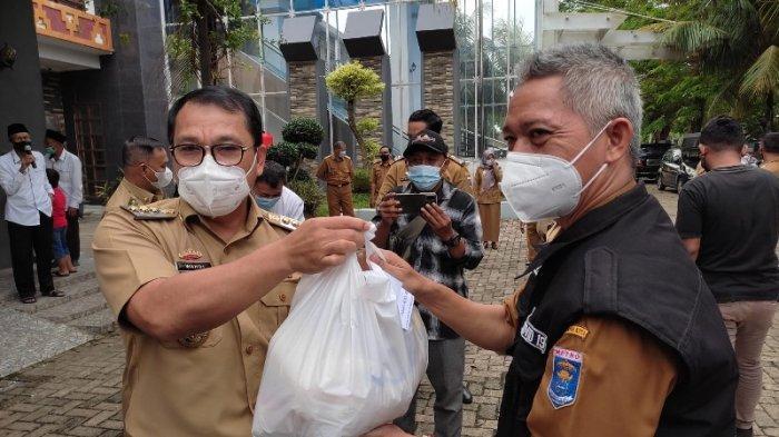 Baznas Kota Metro Salurkan 780 Paket Sembako untuk Masyarakat Terdampak Covid-19