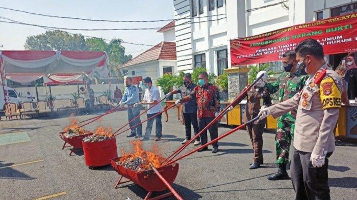 Kejari Lampung Selatan Musnahkan Barang Bukti Perkara yang Telah Berkekuatan Hukum Tetap