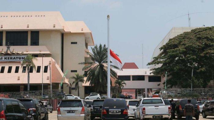 BERITA FOTO - Pemprov Lampung Kibarkan Bendera Setengah Tiang, Hormati Wafatnya BJ Habibie