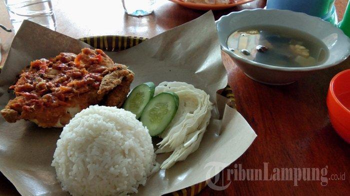 Berani Cicipi Ayam Bakar Sambal Setan Warung Makan Dyon di Lampung Selatan?