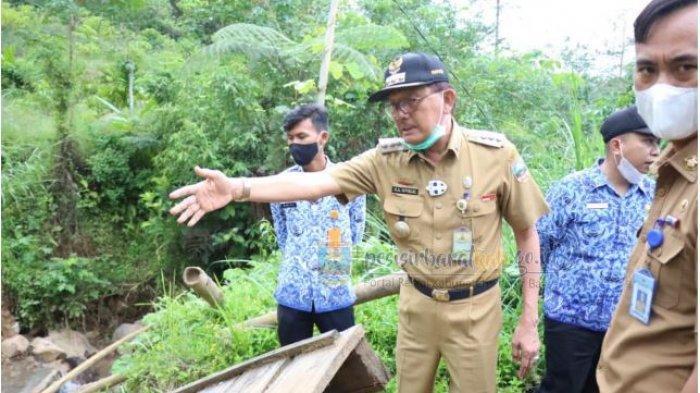 Agus Istiqlal Tinjau Jembatan Penghubung Melesom dan Lombok Pekon Pagar Dalam Yang Terputus