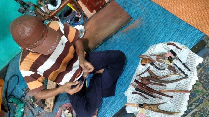 Berguna Saring Tembakau Rokok, Cangklong Kayu Buatan Andika Dipesan sampai Pulau Jawa