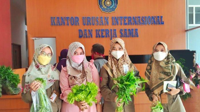 Karyawan Bank Syariah Indonesia Ramaikan Pojok Organik di Universitas Terbaik di Sumatera UM Metro