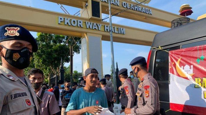 Ramadhan Berbagai, Sat Brimob dan Biro Logistik Polda Lampung Bagikan Makanan