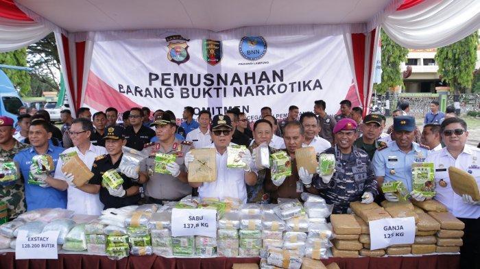 BERITA FOTO - Gubernur Arinal Ikut Musnahkan Barang Bukti Narkoba Hasil Sitaan Polda-BNNP Lampung