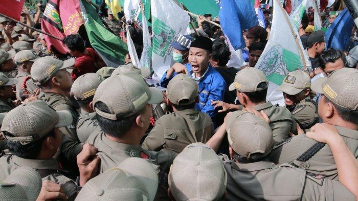 BERITA FOTO - Unjuk Rasa di Depan Kantor Gubernur, Mahasiswa Dorong-dorongan dengan Aparat Keamanan