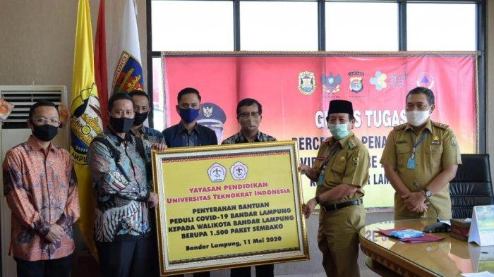Bersama Wali Kota, Universitas Teknokrat Indonesia Bagikan Sembako ke Warga Bandar Lampung