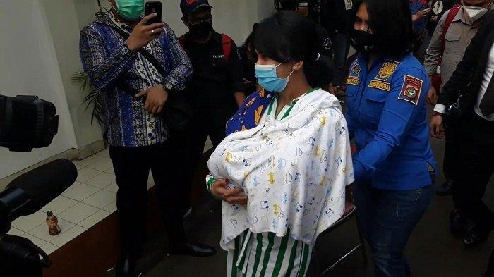 Artis Vanessa Angel sambil menggendong bayinya saat berada di Kejaksaan Negeri Jakarta Barat untuk proses tahap dua.