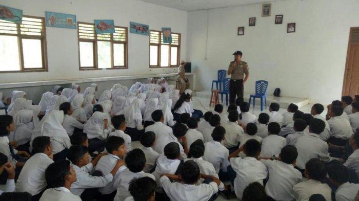 Bhabinkamtibmas Beri Pembinaan Pelajar di SMPN 3 Rebang Tangkas