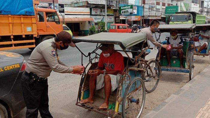 Bhabinkamtibmas Polsek Terbanggi Lampung Tengah Bagikan 60 Paket Nasi Bungkus ke Warga