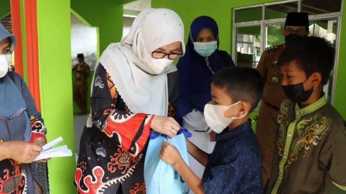 BKMT Pesisir Barat Serahkan Santunan untuk 51 Anak Yatim