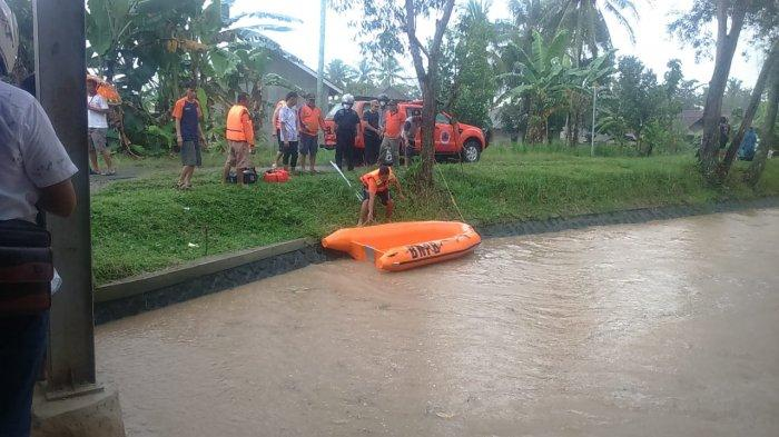 BPBD Metro dan warga mencari bocah tenggelam di irigasi Kelurahan Sumbersari, Metro Selatan, Rabu (24/3/2021).