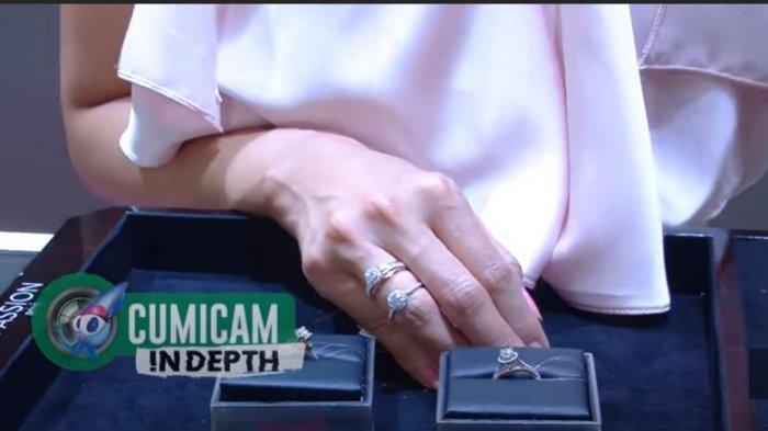 Pengusaha perhiasan, Airyn Tanum menunjukkan beberapa contoh cincin berlian yang akan digunakan di acara lamaran Lesti Kejora.