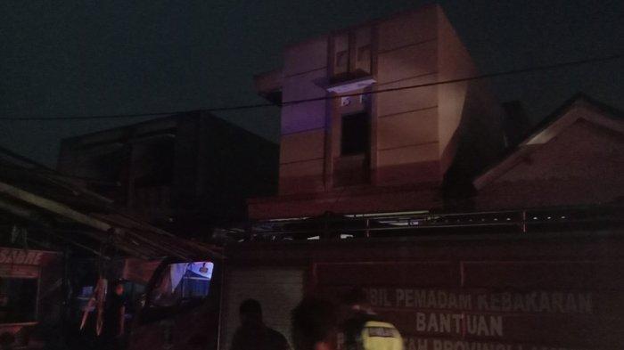 BPBD Pringsewu Terjunkan Seluruh Unit Damkar Tanggulangi Kebakaran di Pasar Balok