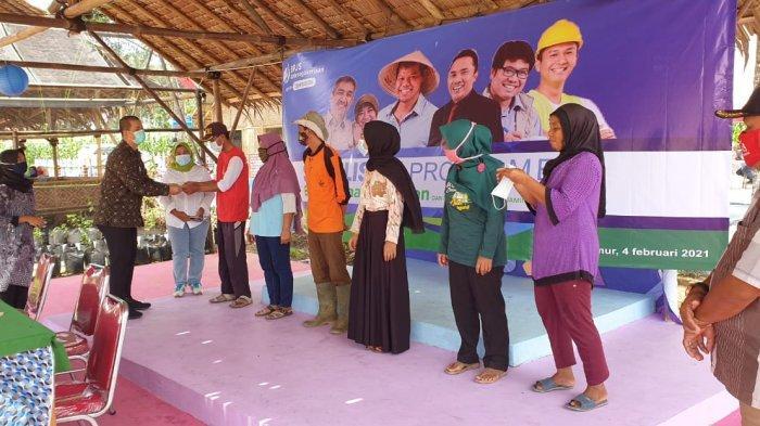 Kepala BPJS Ketenagakerjaan Cabang Metro Gustanto Achmad menyerahkan Santunan Jaminan Kematian (JKM) kepada ahli waris pekerja Koperasi Agro Gelem Hijau, Kamis (4/2/2021).