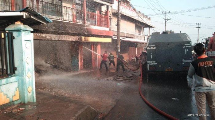 BREAKING NEWS - 5 Ruko di Kotabumi Hangus Terbakar, Wakapolres Sampai Bantu Padamkan