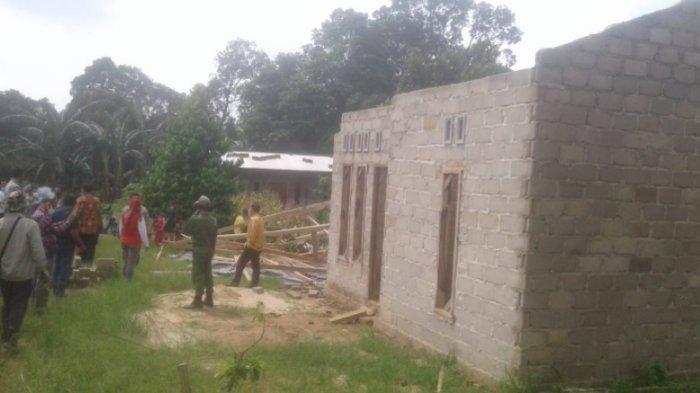 BREAKING NEWS Belasan Rumah Warga di Lampung Tengah Rusak Disapu Puting Beliung