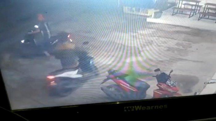 CCTV Rekam Detik-detik Aksi Curanmor di Minimarket Pringsewu