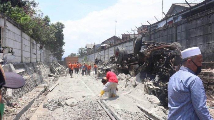 Diduga rem blong, truk semen hantam kereta api di perlintasan rel Panjang.
