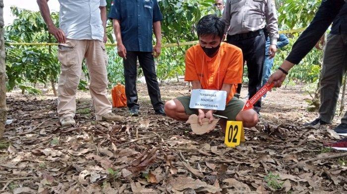 Adegan ketika Tersangka Maskur (kiri) mengambil burung pikat berjenis kutilang di areal perkebunan kopi milik warga sekitaran Mapolsek Sekincau, Lampung Barat, Rabu (17/3/2021). BREAKING NEWS Polisi Gelar Rekonstruksi Pembunuhan di Pekon Turgak Lampung Barat