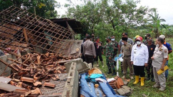 BREAKING NEWS Bupati Loekman Sambangi Korban Puting Beliung di Terusan Nunyai