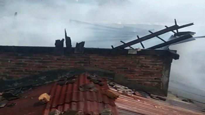 BREAKING NEWS Warga Bandar Lampung Berhamburan Akibat Kebakaran di Pemukiman Padat Penduduk