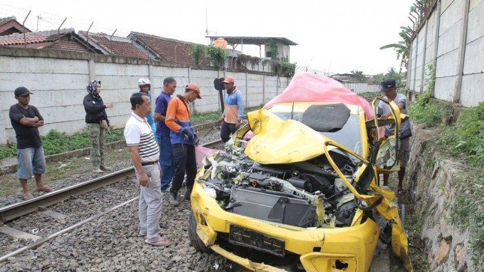 Kecelakaan di Perlintasan Kereta Hajimena, Mobil Avanza Terseret 8 Meter