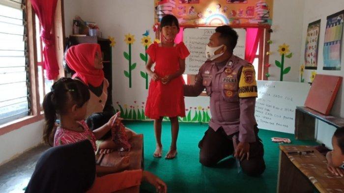 Bhabinkamtibmas Bangun Rejo Lamteng Bangun Perpustakaan Keliling untuk Anak