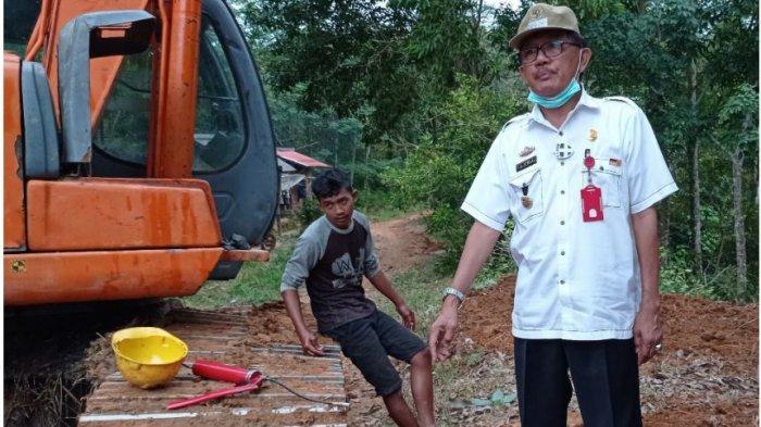 Bupati Pesisir Barat Pantau Perbaikan Jalan di Wilayah Talang 11 Pekon Raja Basa