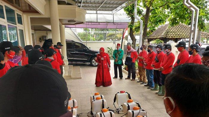 Bunda Eva Dwiana Pimpin MTRH Lampung Semprot Cairan Disinfektan di Kecamatan Kedaton