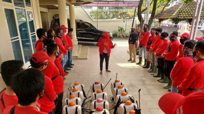 Bunda Eva Dwiana Pimpin MTRH Lampung Semprot Cairan Disinfektan di Kecamatan Telukbetung Utara