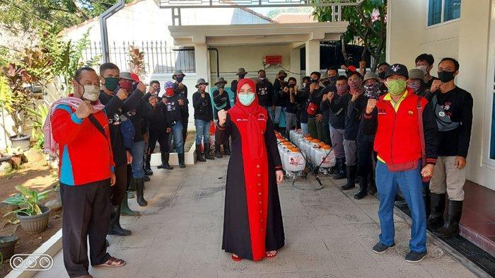 Bunda Eva Dwiana Pimpin MTRH Lampung Semprot Cairan Disinfektan di Kecamatan Way Halim