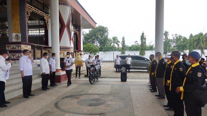 Bupati Musa Ahmad Bagikan 26 Unit Motor ke Koordinator P3A Lamteng