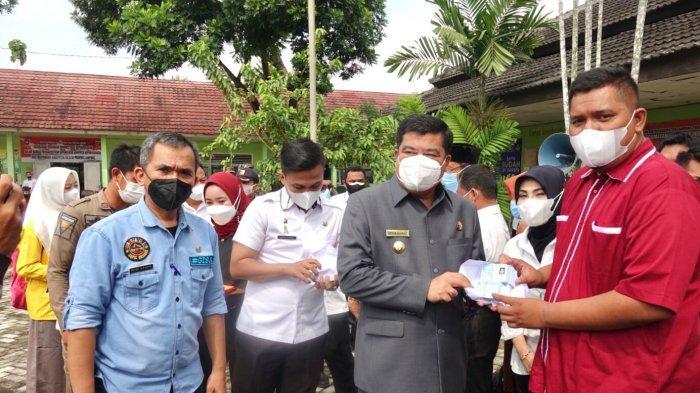 Bupati Lampung Tengah Musa Ahmad Tinjau Vaksinasi Siswa SMAN 1 Gunung Sugih
