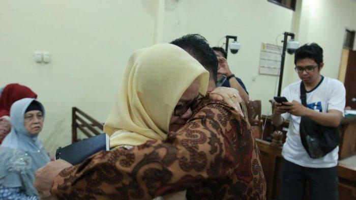 Khamami Peluk Istri Usai Vonis 8 Tahun, Keluarga pun Menangis. Taufik 6 Tahun dan Wawan 5 Tahun